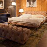 Кровать с мягким изголовьем и пуфиком