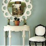 Круглое зеркало и столик для макияжа