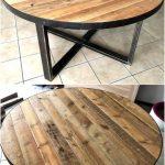 Круглый обеденный столик из деревянных поддонов, который можно соорудить своими руками