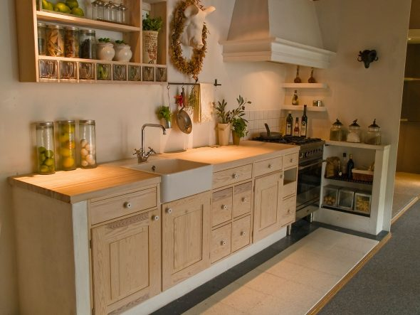 Кухня без навесных шкафов - необычное решение