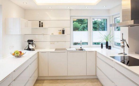Кухня без верхних шкафов П-образной формы
