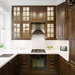 Кухня из дерева с высокими навесными шкафами