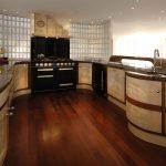 Кухня необычной формы без верхних шкафов