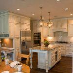 Кухня с островом и высокими шкафчиками до потолка