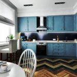Кухня со шкафчиками до потолка в синем цвете