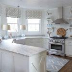 Кухня вдоль окон неправильной формы без верхних шкафов
