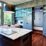 Кухонная мебель с приставной передвижной лестницей