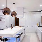 Кухонный гарнитур белого цвета без верхних шкафов