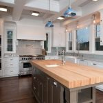 Кухонный остров с деревянной столешницей