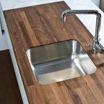 Кухонный стол с врезной мойкой и деревянной столешницей