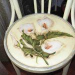 Лилии на сидении стула в технике декупаж