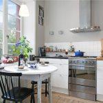 Миниатюрная кухня без навесных шкафов