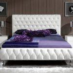 Мягкая белая кровать в интерьере