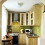 Небольшая кухня из дерева со шкафчиками до самого потолка