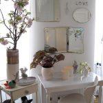 Небольшой белый столик с зеркалами разных размеров