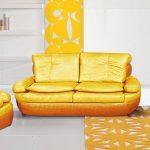 Небольшой желтый диван-раскладушка