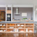 Необычная деревянная кухня без верхних шкафов