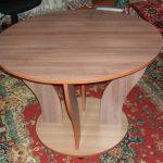 Невысокий круглый стол с фигурными ножками из ДСП