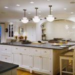Оформление рабочей зоны и острова на кухне без верхних шкафов