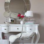 Оригинальный белый столик в современном интерьере