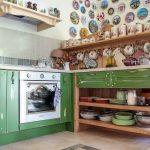 Открытая зеленая кухня без верхних шкафов