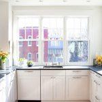 П-образная кухня вдоль окон без навесных шкафов