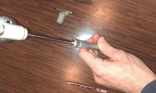 Крепление с помощью пружинной скобы