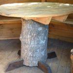 Простой круглый стол из подручных материалов для дачи