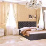 Просторная спальня с мягкой серой кроватью