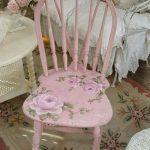 Розовый стул с необычной спинкой