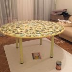 Самодельный стол из фанеры, украшенный фото