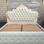 Шикарная кровать молочного цвета с каретной стяжкой