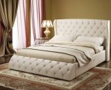 Шикарная мягкая кровать с декором капитоне в спальне