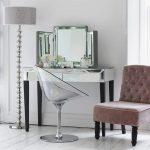 Современный туалетный столик с зеркалом