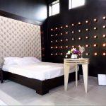 Стена с каретной стяжкой в качестве изголовья кровати