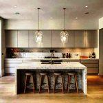 Стильная серая кухня в стиле лофт с высокими шкафами