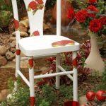 Стильный белый стул с розами из старого бабушкиного
