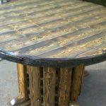 Стол из массива дерева круглой формы