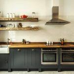 Темная кухня в стиле лофт без верхних шкафов