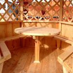 Удобный круглый столик в беседке