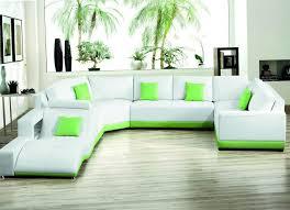 Угловой диван, установленный в гостиной