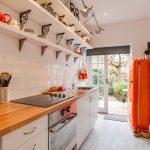 Узкая кухня с необычным оформлением без навесных шкафов