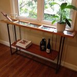 Узкий консольный столик у окна
