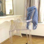 Узкий туалетный столик и прозрачный стул