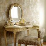 Винтажный дамский столик в инерьере