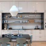 Высокие шкафы-антресоли и длинные открытые полки на кухне