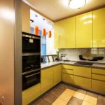 Желтая кухня с большими навесными шкафчиками
