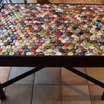 Декоративное оформление поверхности кухонного стола с помощью крышек от бутылок