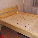 Деревянная кровать с основой из фанеры