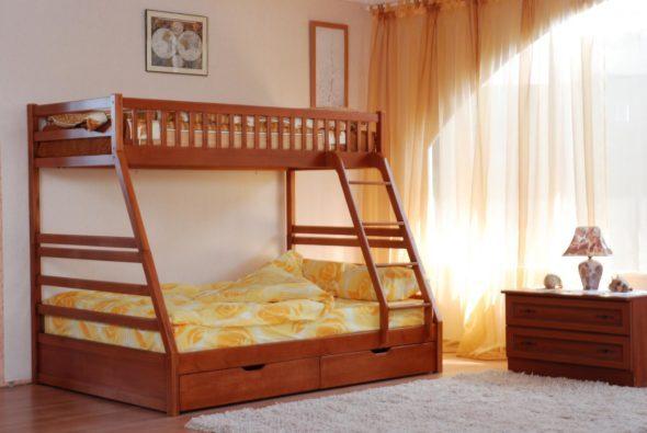 Двухъярусная деревянная кровать на троих человек
